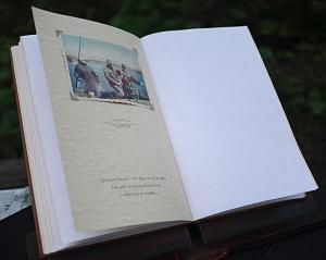 Кожаная книга пожеланий на юбилей на подставке