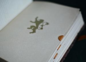 "Книга по сериалу ""Игра Престолов"" из кожи"