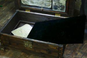 Кожаная родовая книга в ларце с потайным дном