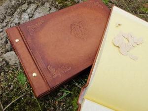 Кожаный фотоальбом с монограммой.