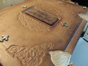 Состаренная кожаная книга со сказками.