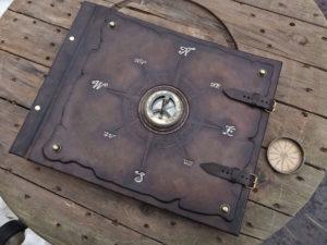 Кожаный фотоальбом с компасом и солнечными часами