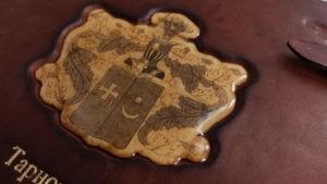 Фамильный фотоальбом с гербом.