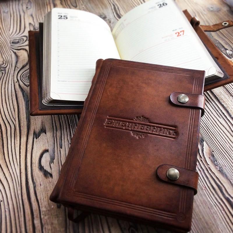 Датированный кожаный ежедневник.
