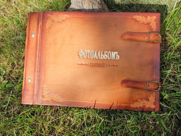 Кожаный фотоальбом с персональным семейным древом.