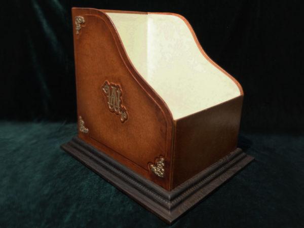 Винтажная коробка-подставка под грампластинки.