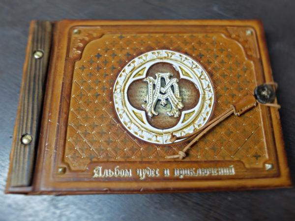 Кожаный фотоальбом с монограммой и витражом.