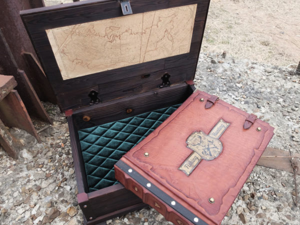 Кожаный фотоальбом в сундуке для охотника и рыболова.