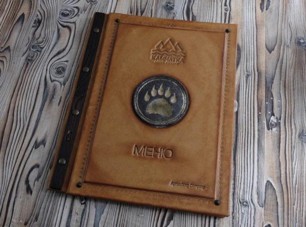 Кожаная папка меню кожаная с керамическим шильдом «Камчатка».