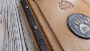 """Папка меню кожаная с керамическим шильдом """"Камчатка""""."""