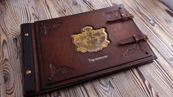 Кожаный фамильный фотоальбом с гербом.