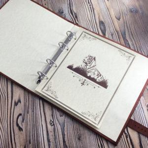 Кожаный альбом для монет с тигром на обложке.