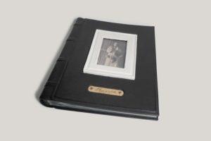 Фотоальбом кожаный с керамической рамкой под фотографию.