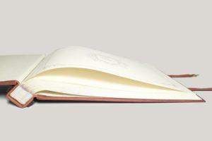 Фотоальбом кожаный формата А3 с инициалами на линзообразном шильде.