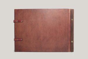 Фотоальбом кожаный с инициалами на линзообразном шильде.