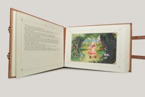 Книга-альбом с персональной сказкой.